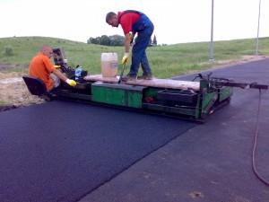 Juodos granulės yra liejamos su spec. įrengimu ant paruošto pagrindo (asfaltas, betonas).